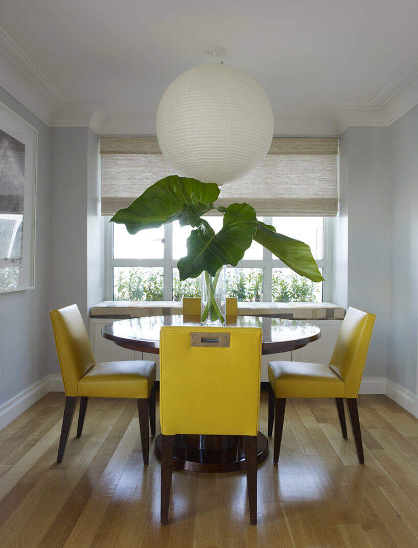 jadalnia zżółtymi krzesłami idużą lampą