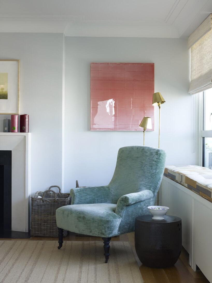 jasno-niebieski fotel retro