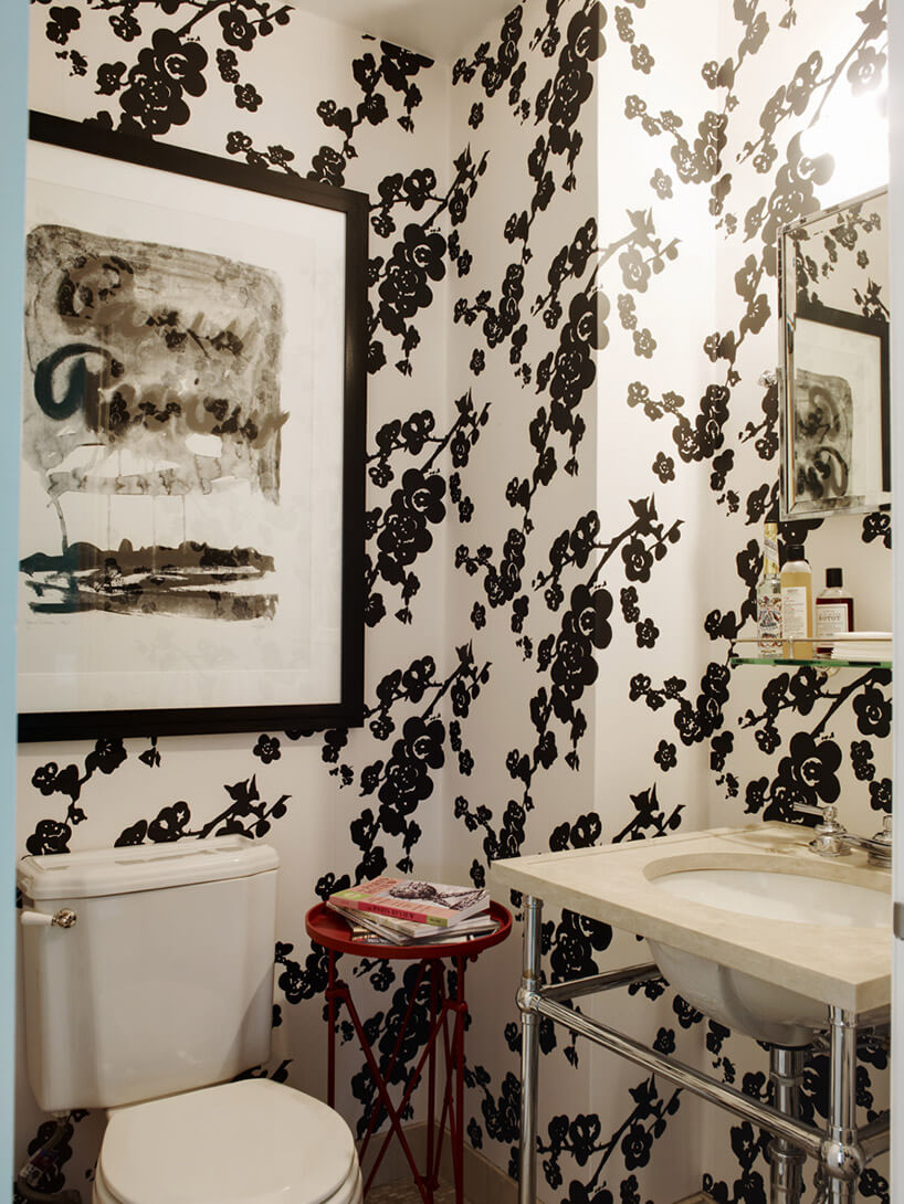 łazienka zbeżową tapetą wbrązowy wzór kwiatów
