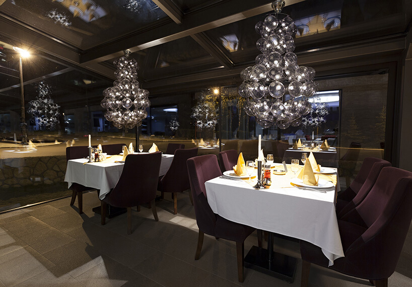 pufowe lampy na aranżacji restauracji