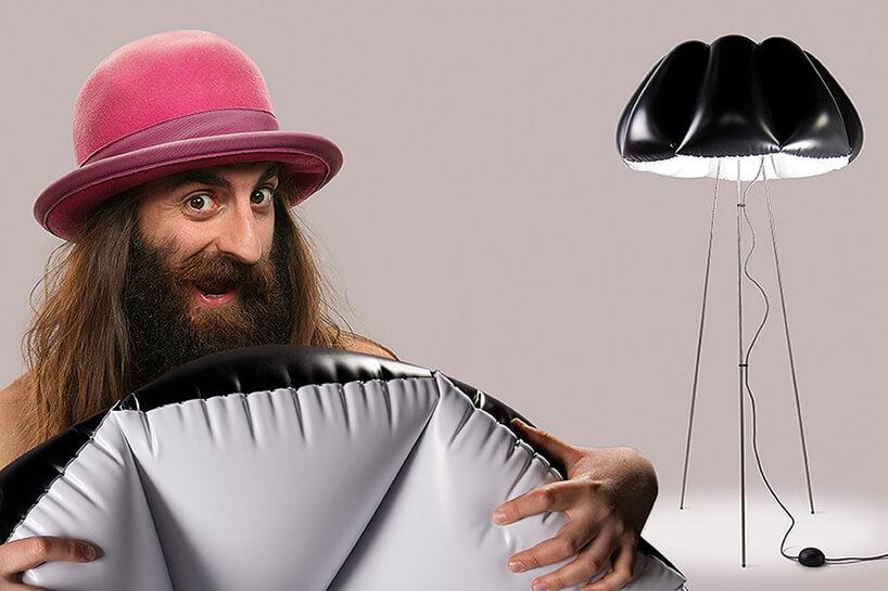 zarośnięty facet wróżowym kapeluszu zpufową lampą