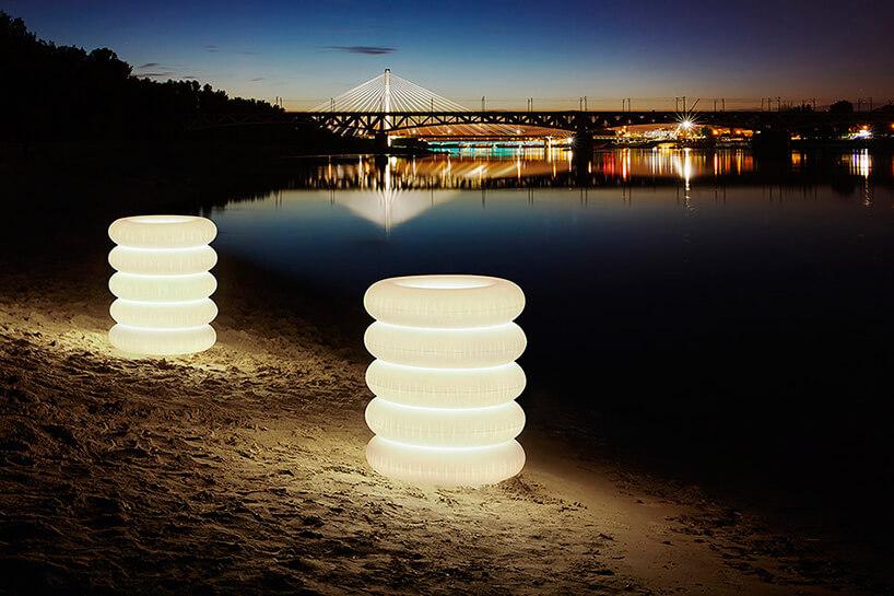 dwie świecące lampy na plaży nocą