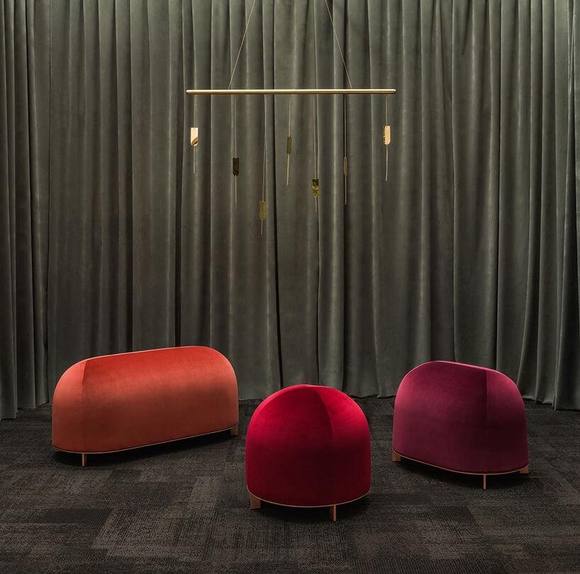 trzy pufy Stado wkolorze czerwonym ipomarańczowym zbłyszczącą tapicerką od Nurt