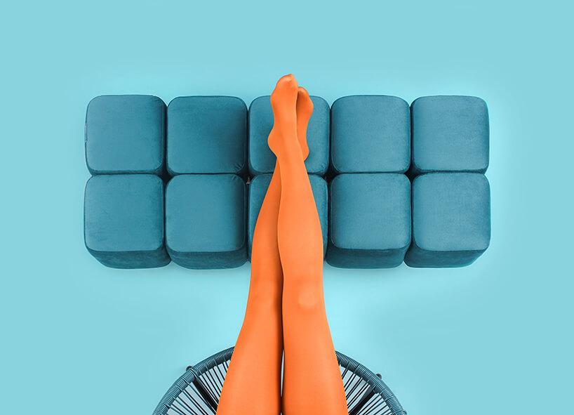 kobiece nogi oparte na niebieskiej pufie Puffy od PHORMY