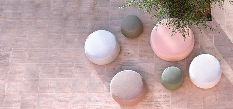 sześć puf oróżnych wielkościach wpastelowych kolorach