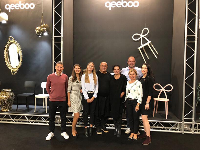 osiem osób na tle ekspozycji QeeBoo na WH 2018
