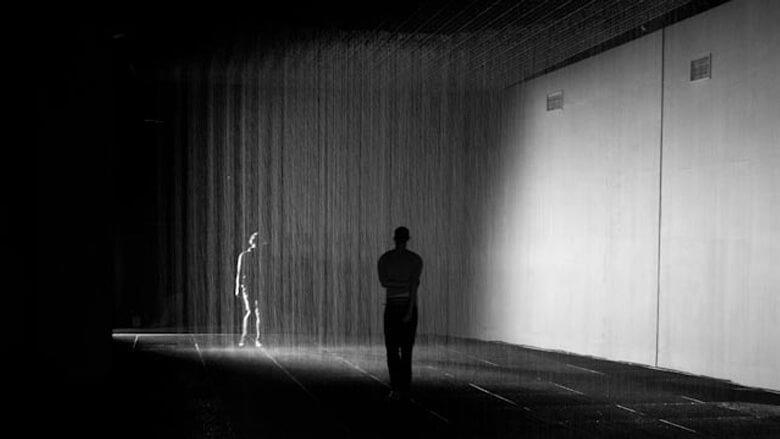 ciemne pomieszczenie zdwoma osobami