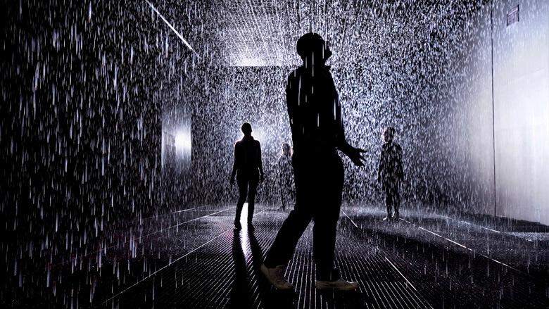 ludzie wsztucznym deszczu