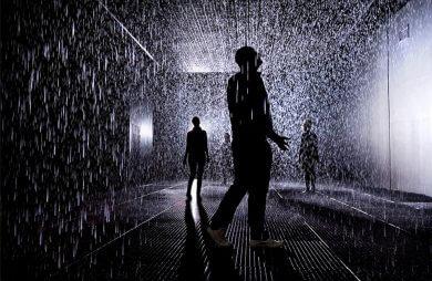 ludzie w deszczowym pokoju