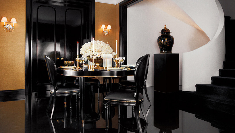 czarne krzesła przy czarnym stole zpołyskiem