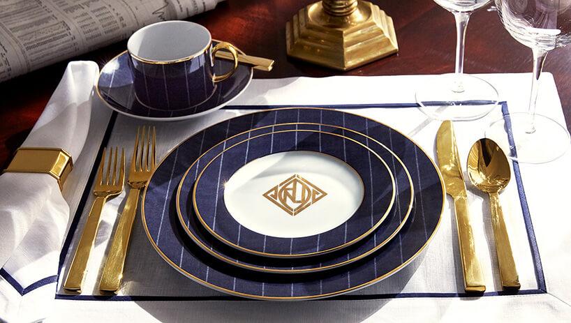 talerz ze zdobieniami wkolorze niebieskim oraz złotymi łyżkami