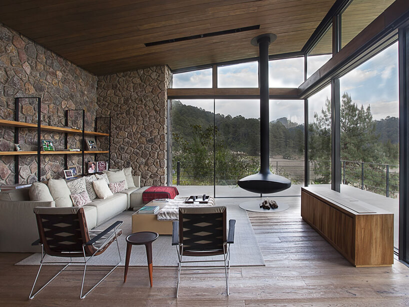 duży salon zprzeszkloną całą ścianą zwidokiem na lasy Meksyku