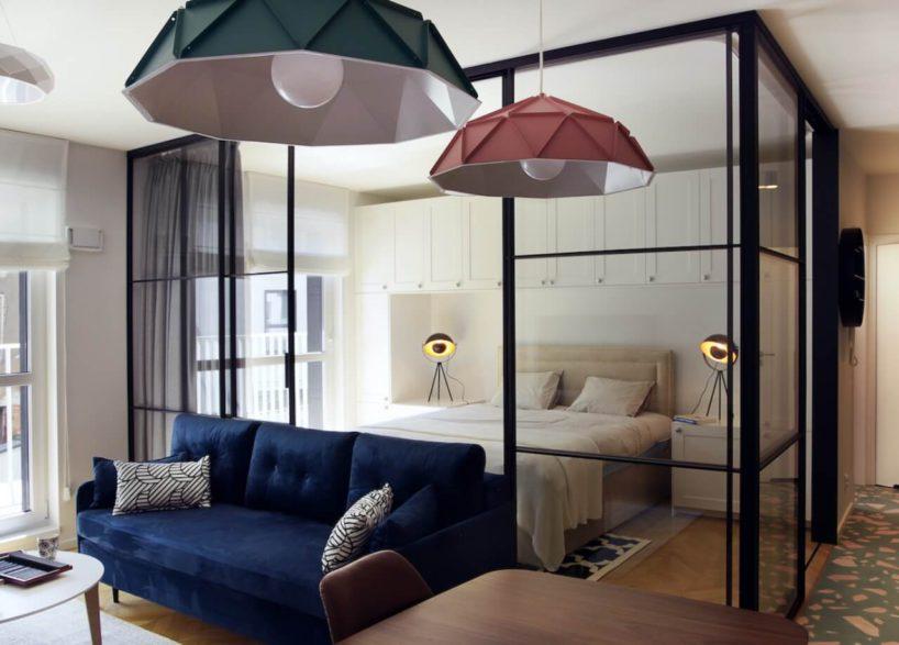 sypialnia oddzieona szklaną ścianką działową