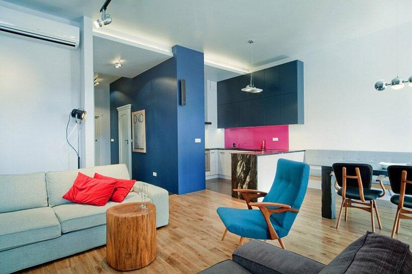 aranżacja wnętrza zniebieskim fotelem