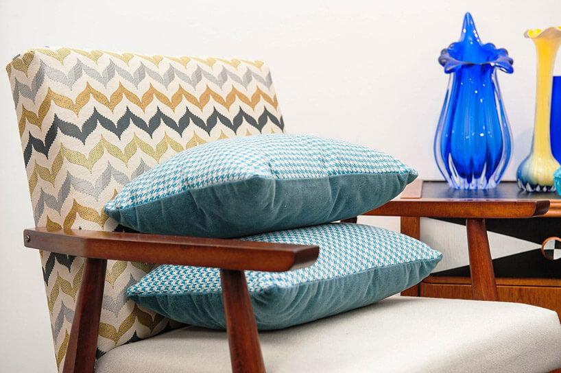 dwie poduszki leżące na wzorzystym fotelu