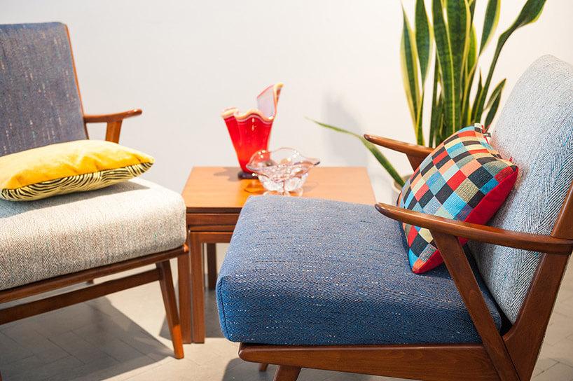 wzorzyste poduszki leżące na dwóch fotelach