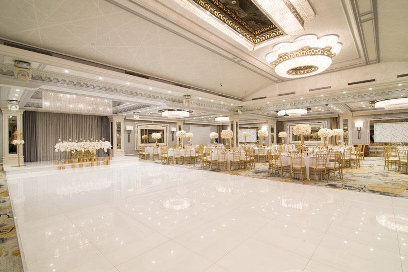duża błyszcząca podłoga przy stołach dla gości