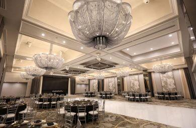 duży kryształowy żyrandol w sali bankietowej