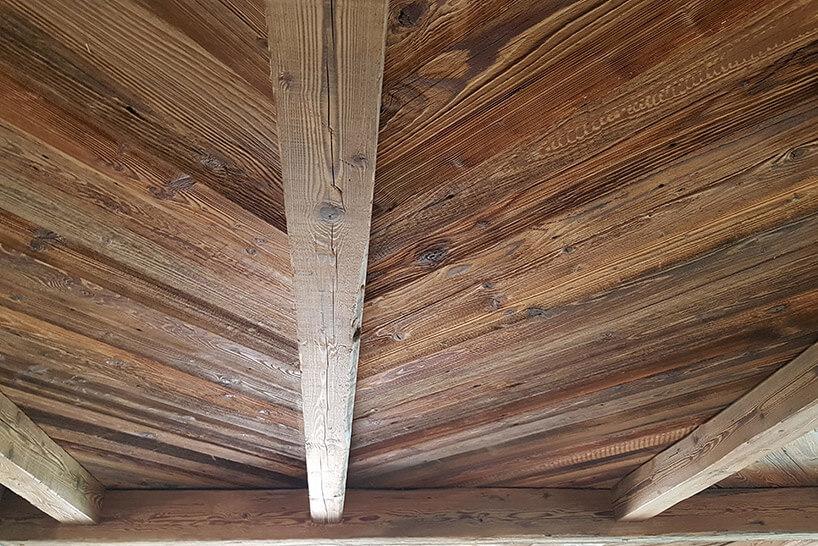 drewniany sufit domu