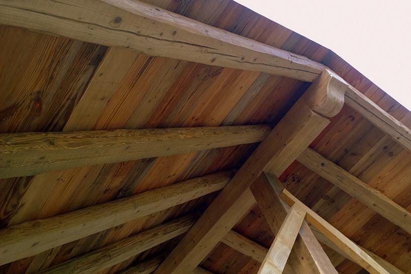 drewniane zwieńczenie dachu