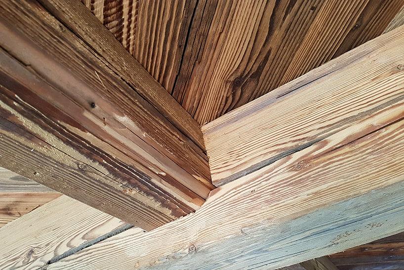 krokwie dachowe zoczyszczonego drewna zrecyklingu