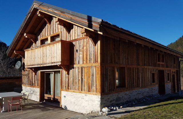 drewniany górski dom z drewna z recykling