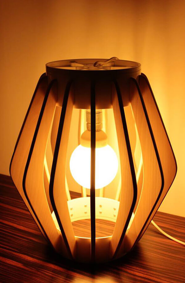 lampa stojąca zdrewnianym kloszem