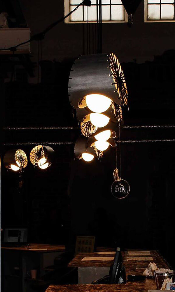 świecący metalowy żyrandol