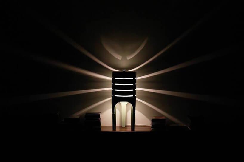 lampka rzucająca pręgowany cień