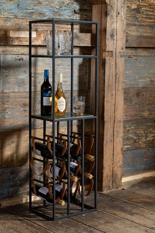 metalowy regał otwarty Dutchbone od Dutchhouse na tle starej ściany zdrewnianym filarem
