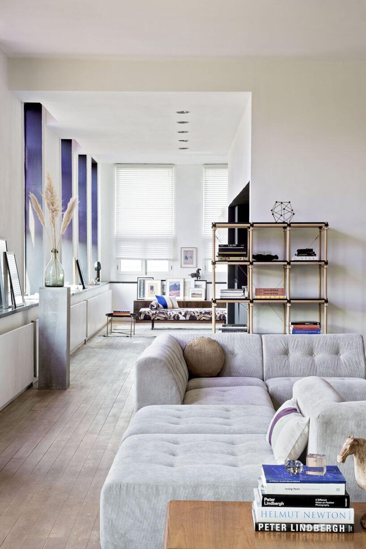 jasne wnętrze salonu zregałem otwartym HK Living od Dutchhouse