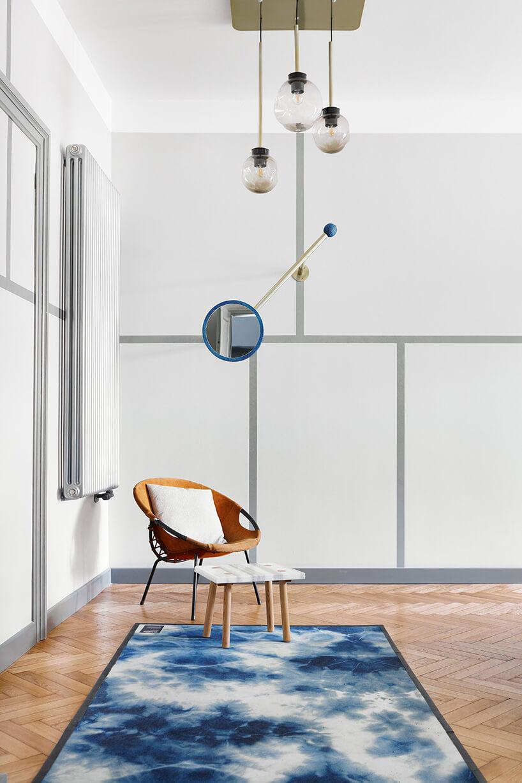 niebiesko-biały dywan wpokoju zparkietem