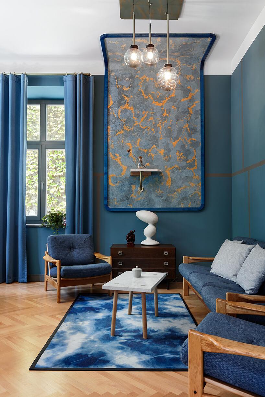 pokój wniebieskim kolorze zparkietem