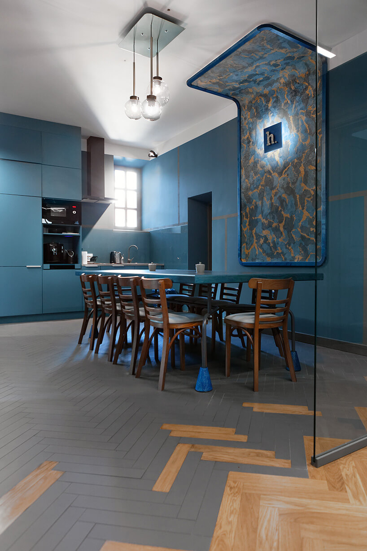 kuchnia ijadalnia dla pracowników wniebieskim kolorze