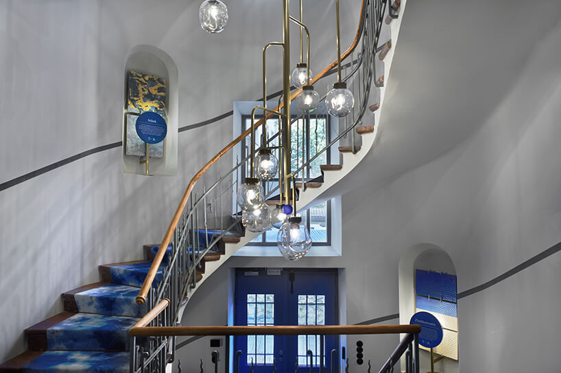 wyjątkowy żyrandol na klatce schodowej