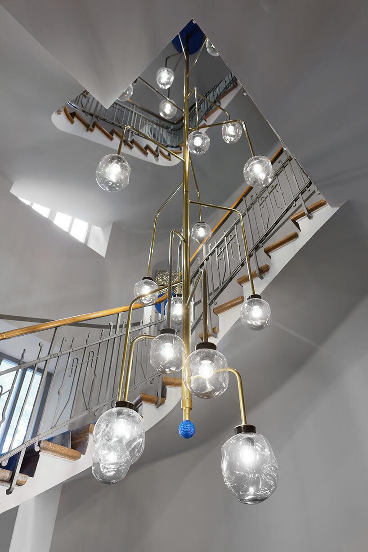 wysoki żyrandol wiszący na klatce schodowej