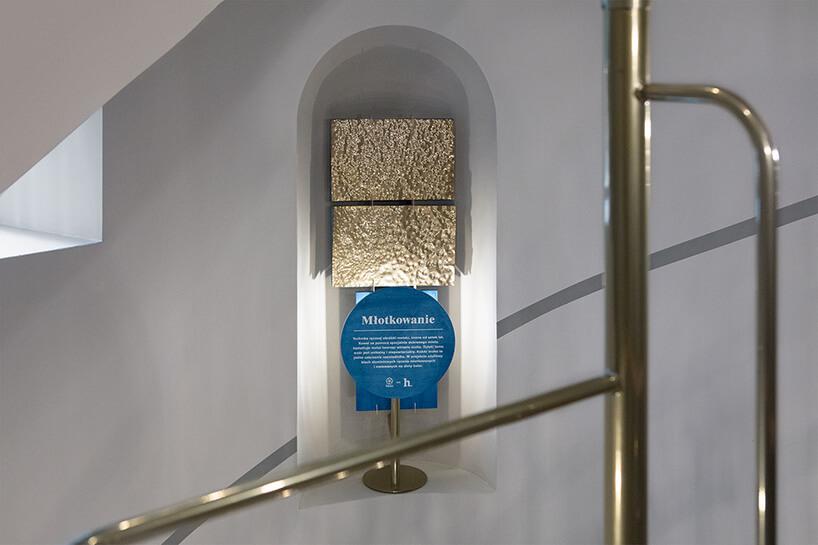 ekspozycja młotkowanej blachy na tle szarej klatki schodowej