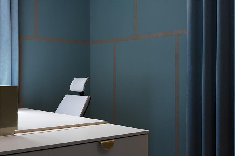 białe meble na tle niebieskich ścian iniebieskiej zasłony