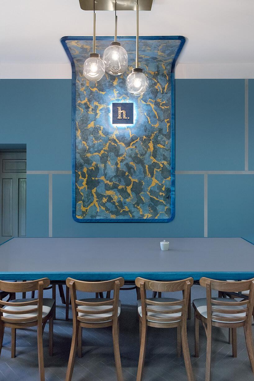 niebieski stół zbrązowymi stołami wniebieskim pomieszczeniu