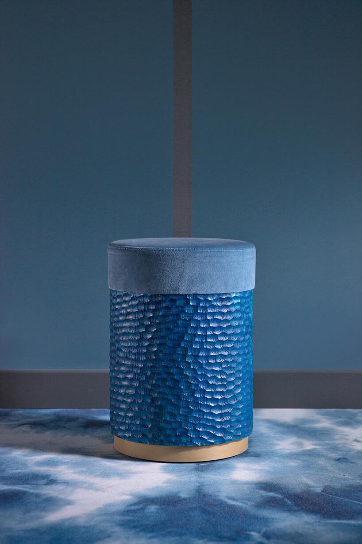 niebieska pufa obita młotkowaną niebieską blachą