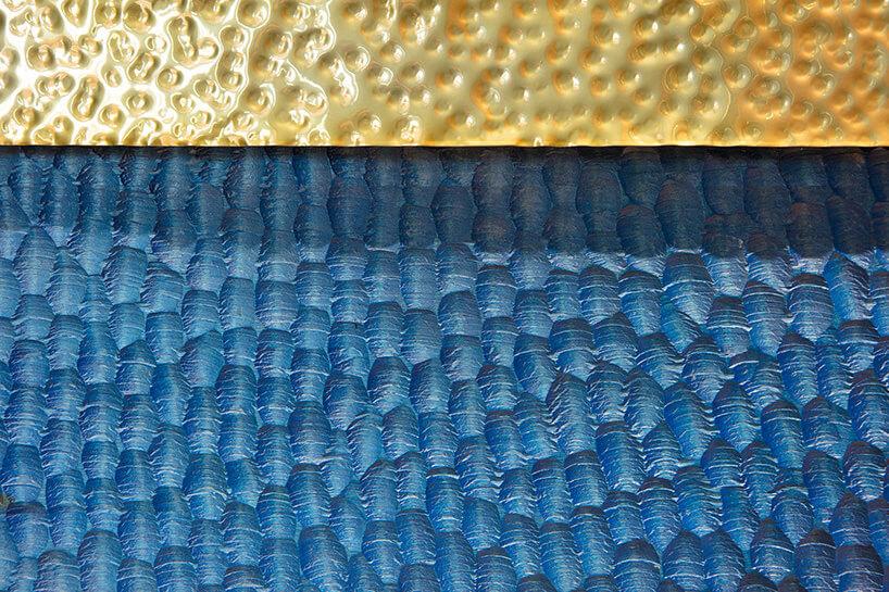 młotkowana blacha wkolorze niebieskim izłotym zbliska