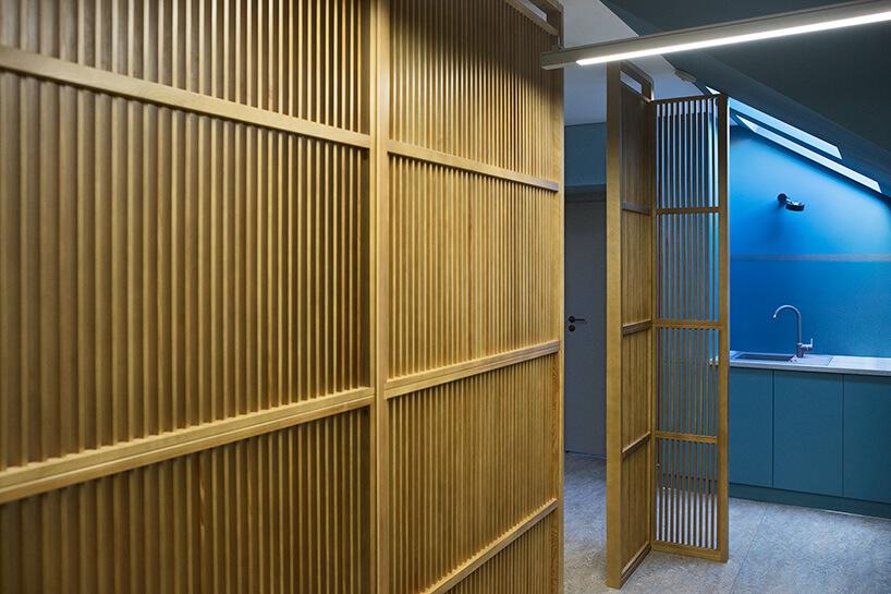 ścianka zrobione zdrewnianych listewek wniebieskim pomieszczeniu