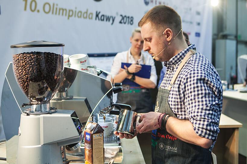 barista przygotowujący kawę