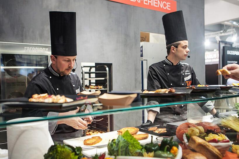 dwóch kucharzy podczas prezentacji