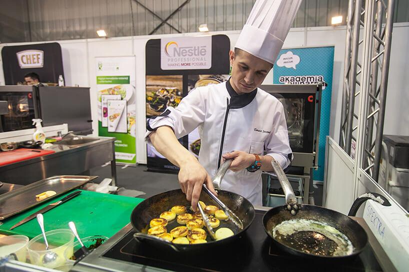 kucharz podczas smażenia