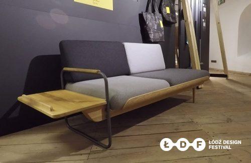 sofa z szarymi poduszkami