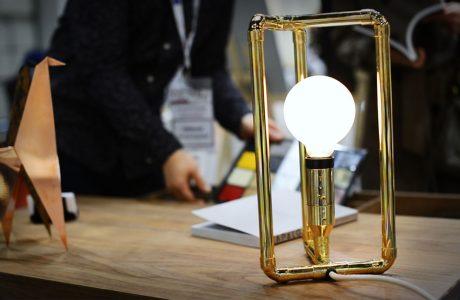 wyjątkowa lampa z odsłonięta żarówką