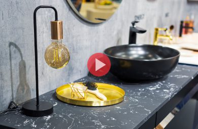 mała lampka z żarówką edisona w miedzianym mocowaniu na ciemny łazienkowym kamiennym blacie podczas 4 DESIGN DAYS 2020
