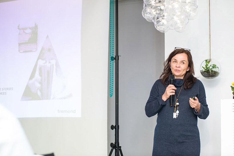 kobieta wciemnej sukience podczas prezentacji
