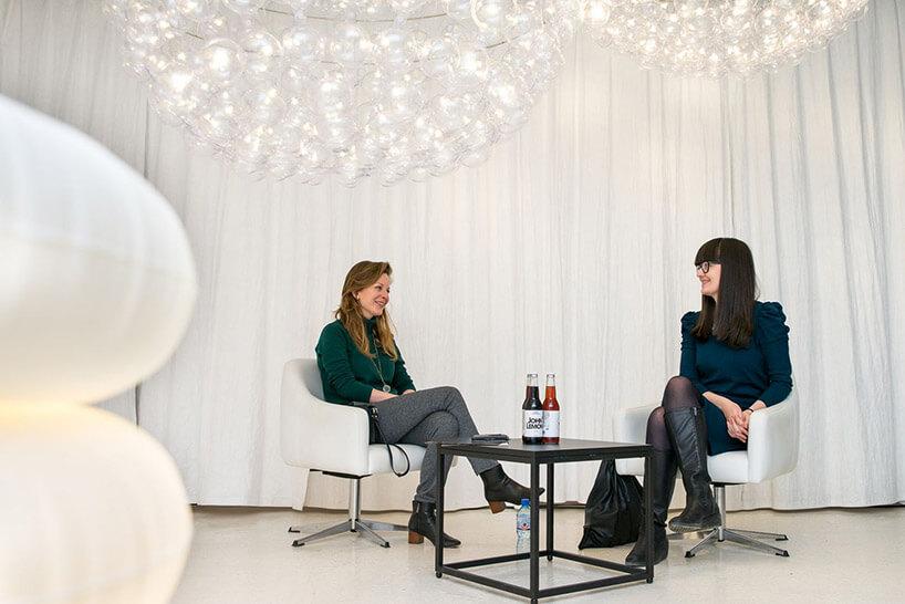 dwie kobiety siedzące przy małym stoliku